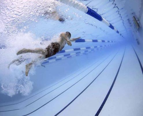 Foto av svømming i basseng